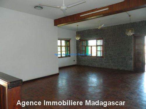 location-grand-appartement-vide-centre-ville-diego-suarez1.jpg