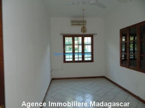 location-grand-appartement-vide-centre-ville-diego-suarez7.jpg