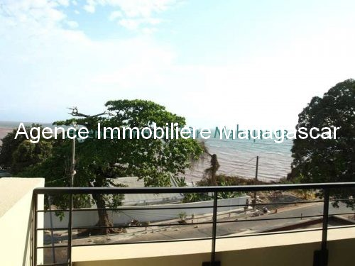 location-mahajanga-appartements-face-mer-avec-piscine